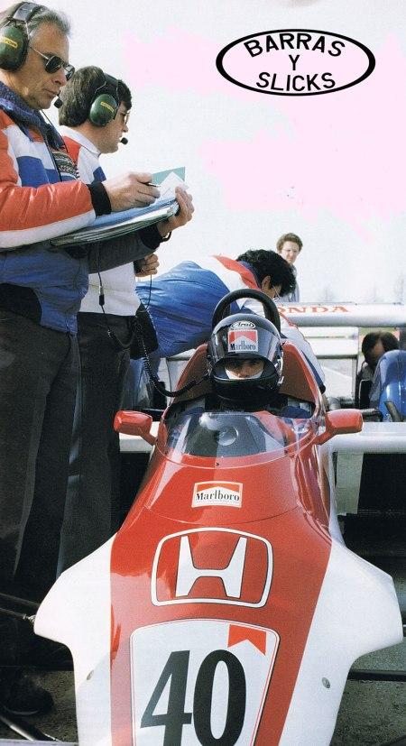 Coppuck(con la carpeta) y Wickham en la Race of Champions de 1983. Duró cinco vueltas.